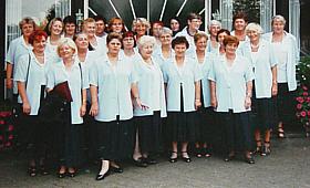 Die Damen des Chores in ihrer neuen Chorkleidung