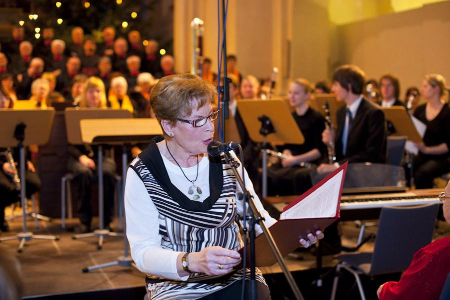 Hannelore Funk beim Vortragen einer Weihnachtsgeschichte