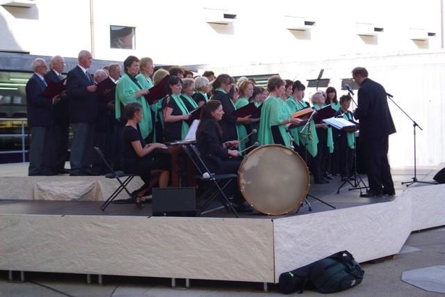 in Aktion mit Peggy Irmscher (Schlagwerke), Almut Reichel (Orgel)