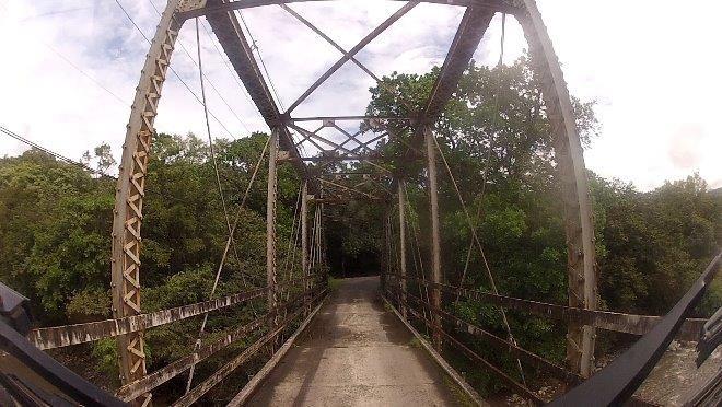 Schmale Brückenüberquerung auf dem Weg an die Karibik