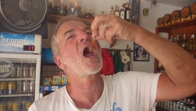 Manfred isst todesmutig einen Mezcal Wurm