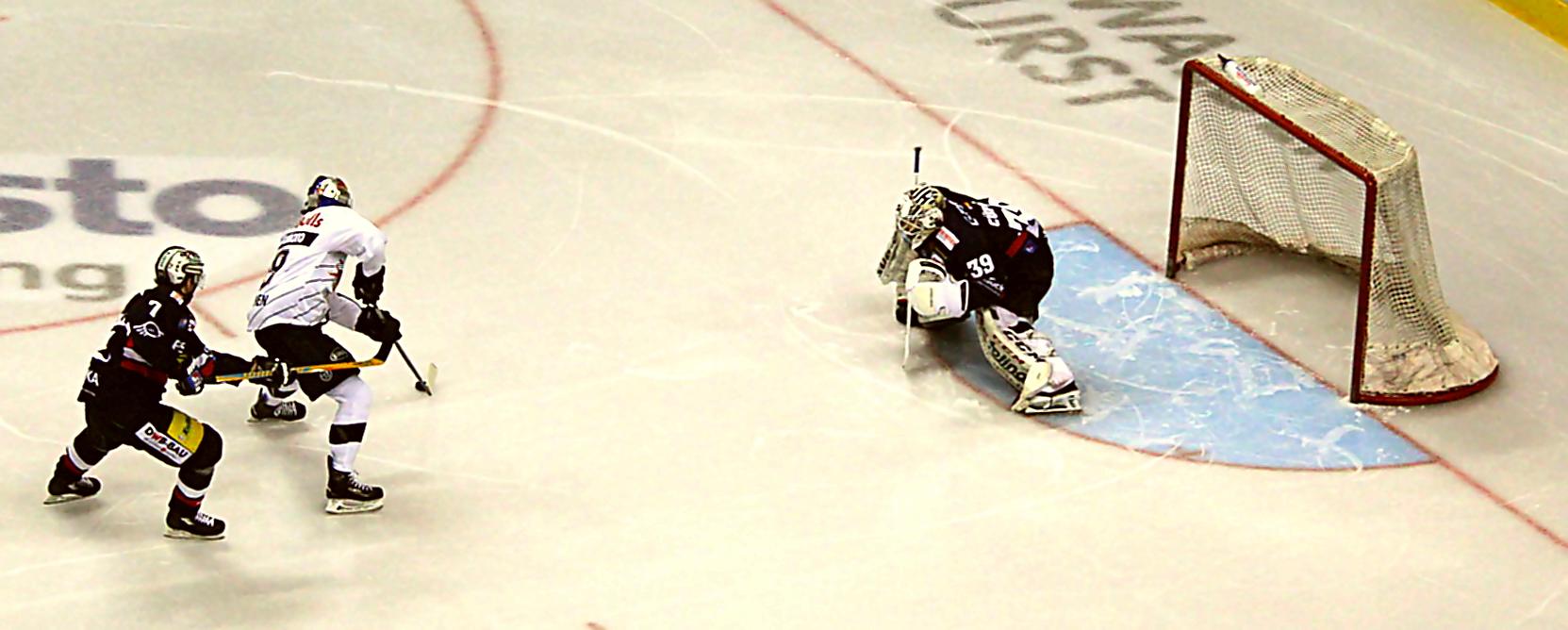 Marvin Cüpper im Eisbären-Tor mit guter Leistung Foto: Stefan Wenske