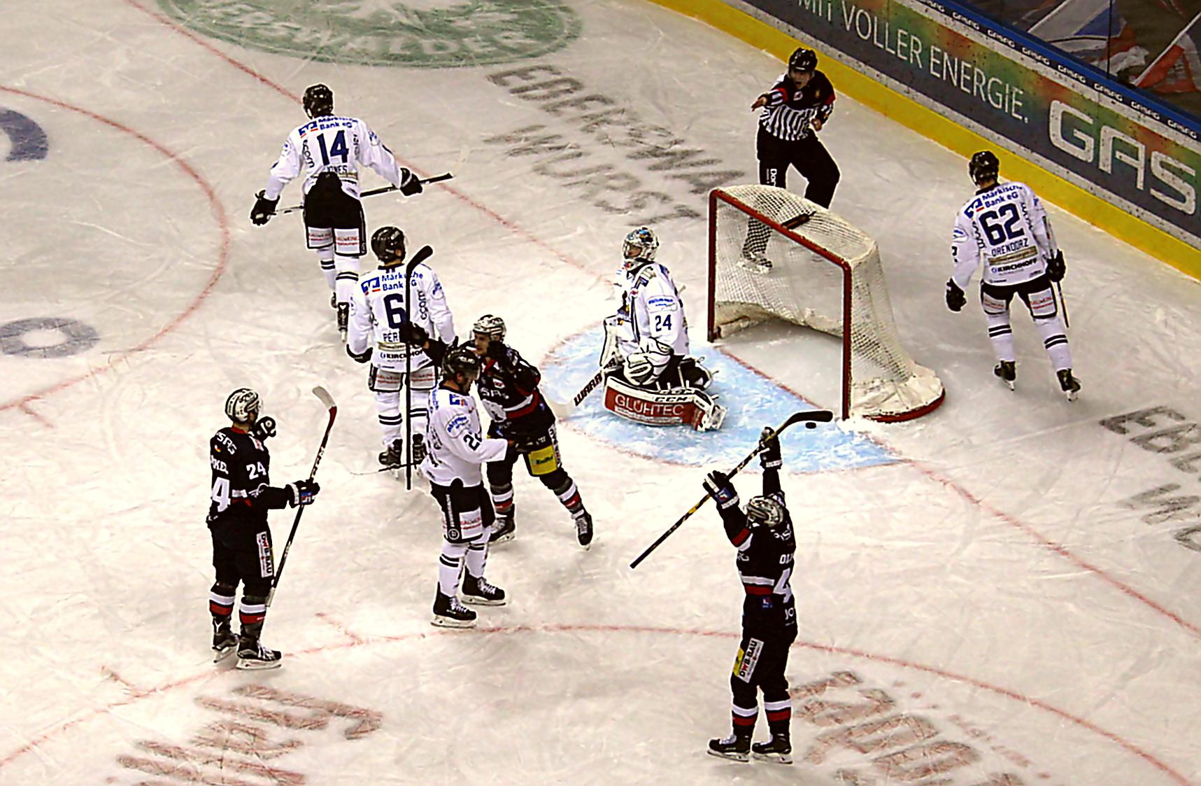 Eisbären jubeln über die 2:1 Führung Foto: Stefan Wenske