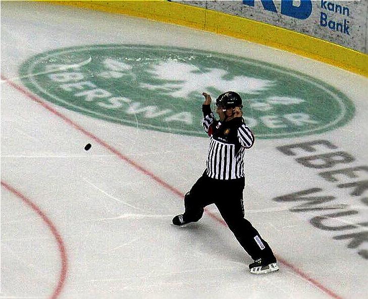 Eishockey-Schiedsrichter leben gefährlich. Foto: Stefan Wenske