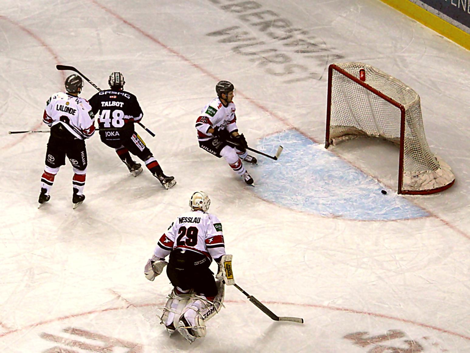 Tor für die Eisbären, Jamie Mac Queen trifft zum 1:0. Foto: Stefan Wenske