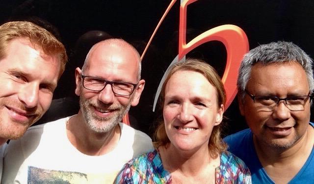 wat een voorrecht om met topmuzikanten te werken! vlnr: Nico Eijlers (drums), Mark Dekkers (bas), moi, Elisa Krijgsman (gitarist en producer)