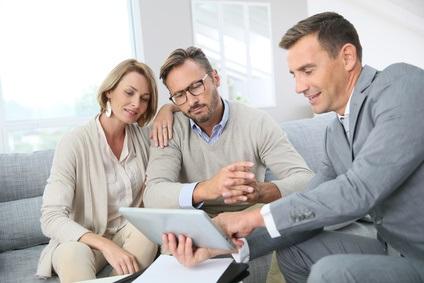 Beratungsgespräch mit einem Immobilienmakler