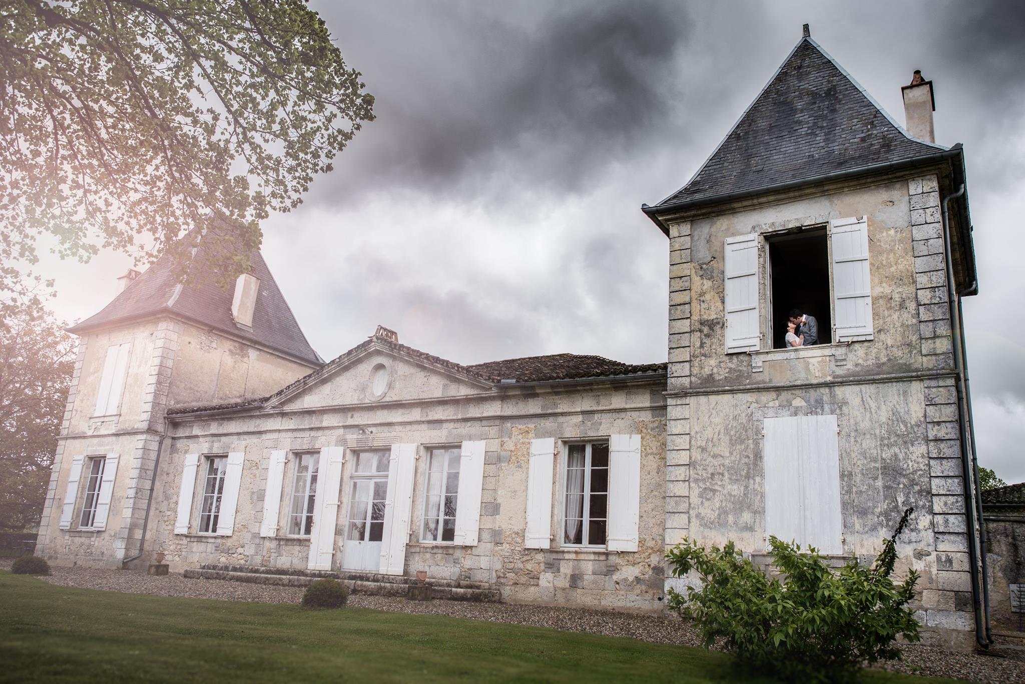 Amoureux à la fenêtre de la Chambre Nuptiale dans la Tour Baïse du Château La Hitte en Albret