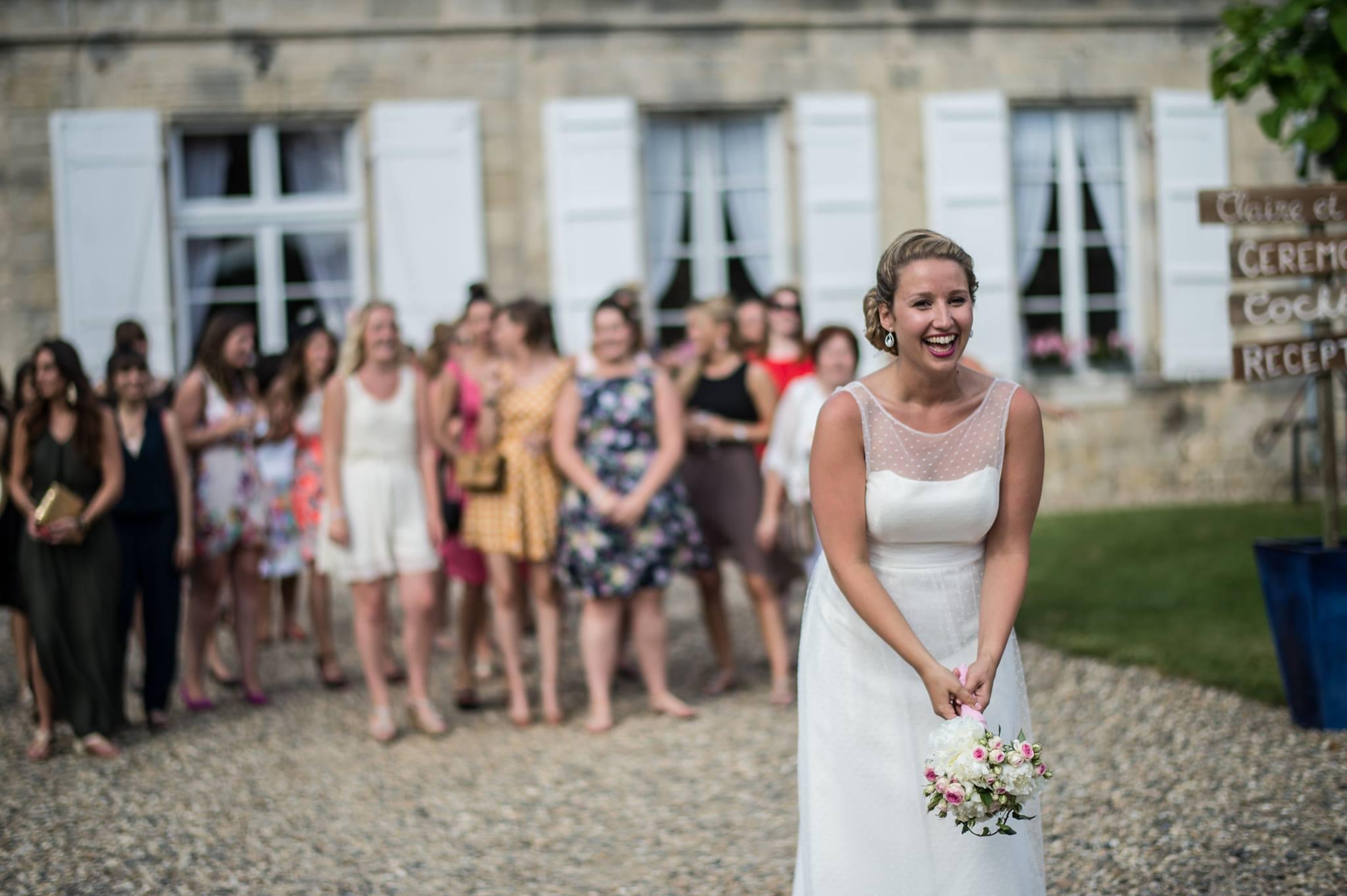 Mariée lançant son bouquet / Crédit Photo Franck Petit