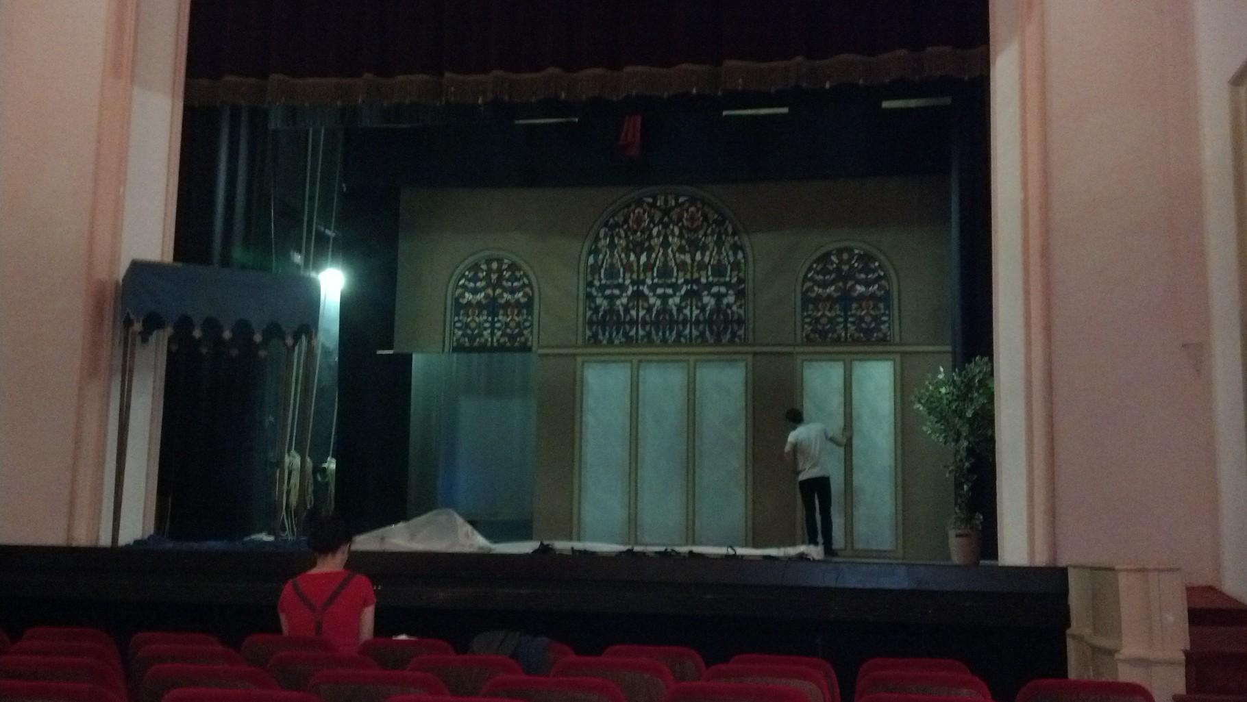 Il montaggio al Teatro Litta di Milano.