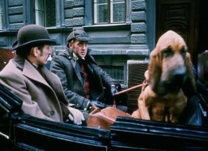 Toby, chien renifleur très connu, en voyage avec Holmes et Watson.