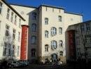 Das Wimmelgebäude vom Schulhof gesehen