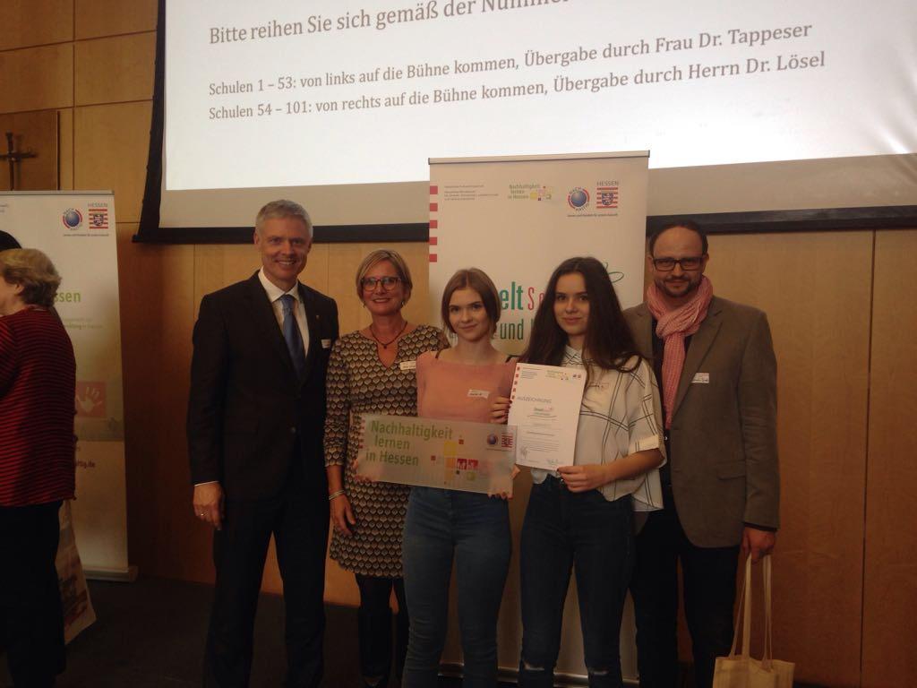 v.l.n.r.: Staatssekretär Dr. Lösel, Anja Wiege (Lehrerin), Alena Raiswich (Schülerin), Michelle Volz (Schülerin), Benjamin Jost (Lehrer)