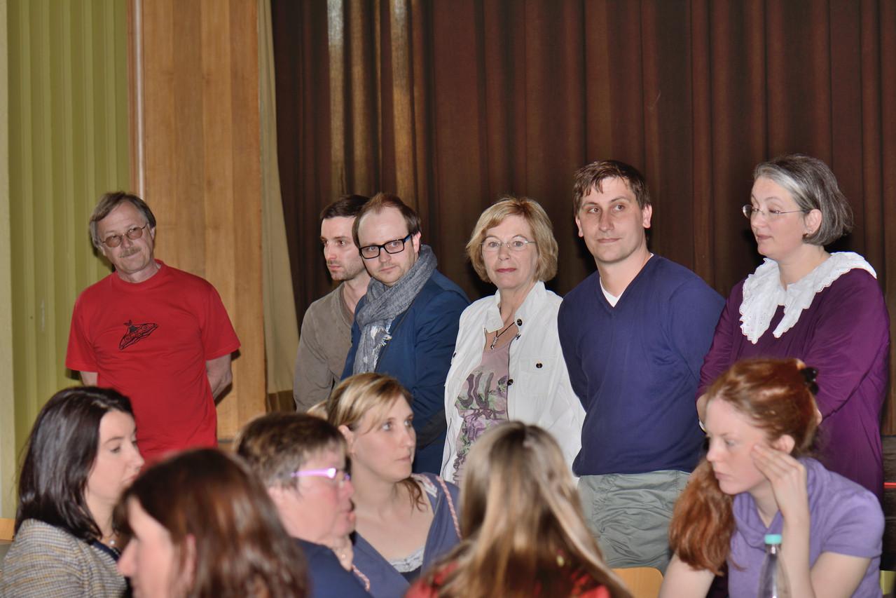 Das Organisationsteam Schuljubiläum (stehend) und die Teilnehmer des NaWi-Tisches, Foto: Ivo Lünzer
