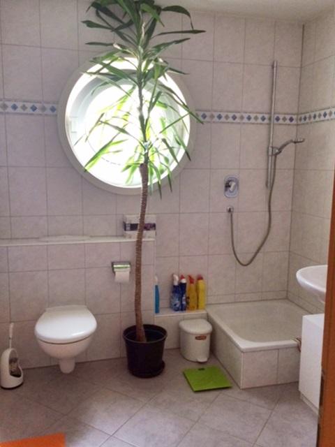 Tageslicht-Badezimmer mit Wanne, Dusche, WC und zwei Waschbecken