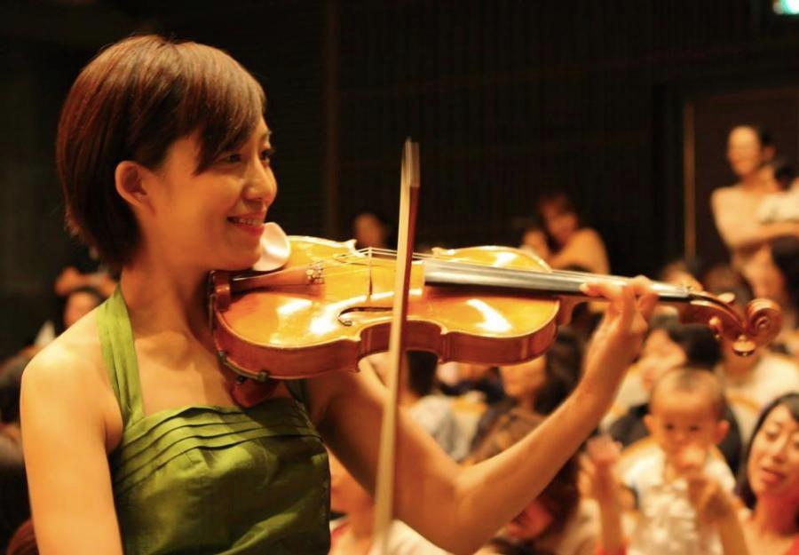 会場に降りて、お客様の近くでバイオリンを演奏しました。