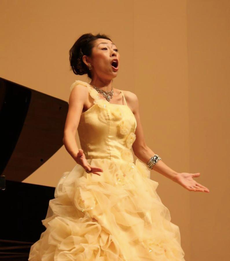 本格的なオペラのアリアをお子様に。ソプラノの歌声がホールいっぱいに広がります。
