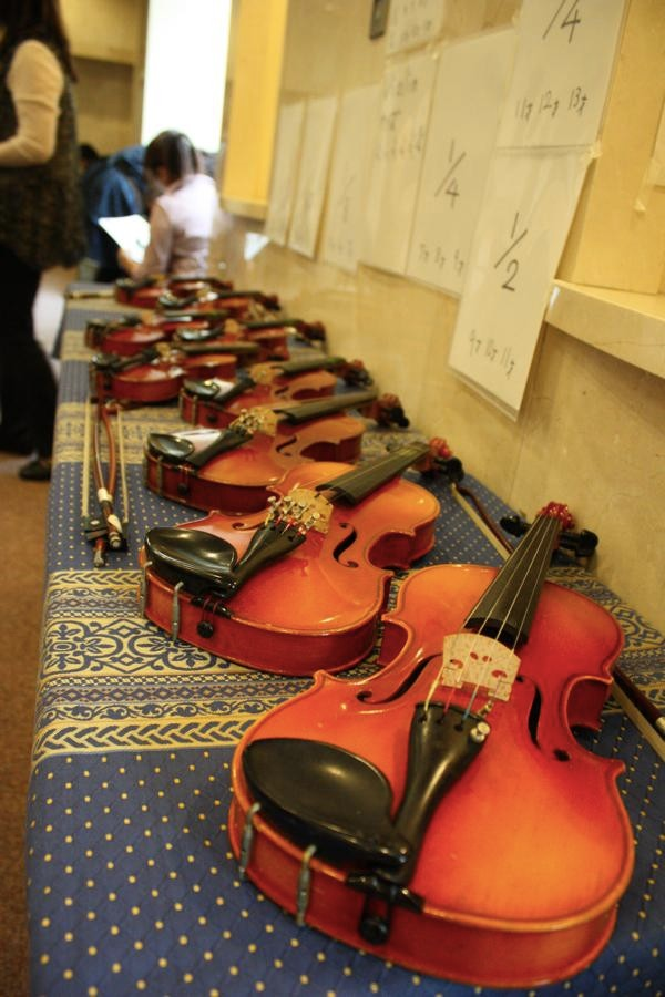 小さなバイオリンの展示。皆さんに自由に触ってもらったり一緒に写真を撮っていただきました。