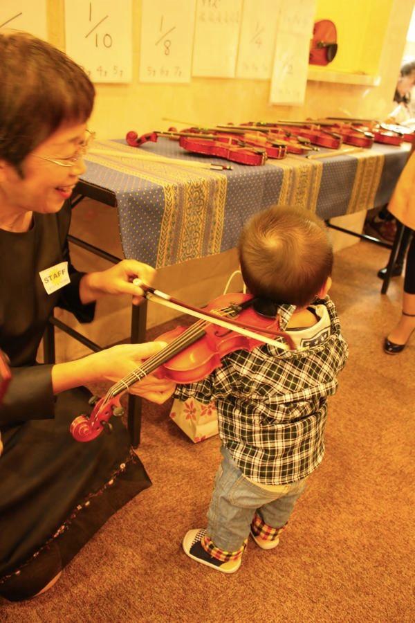 バイオリンよりもママが気になっちゃったかな?!