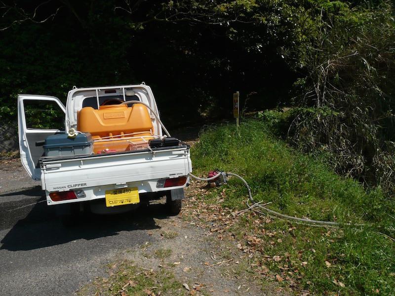 池の側に軽トラックを停める