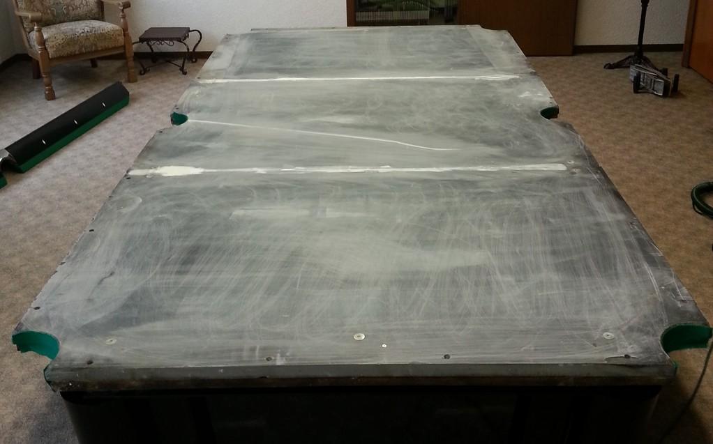 Auflegen der Schieferplatten, justiert und begradigt, inkl.Reparatur des Billardtisches
