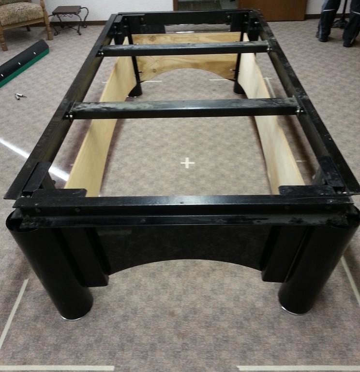 Billardtisch Untergestell montiert mit Seitenblenden