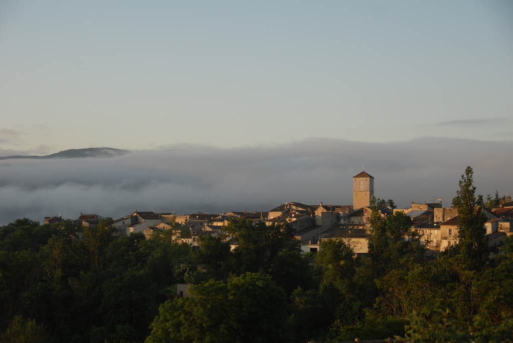 A 5 min de la Bergerie, le village de Ribiers offre tous commerces et services. Chaque été, la place typiquement provençale accueille un festival de jazz