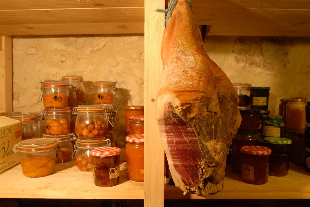La charcuterie sous toutes ses formes, fromages de chèvre et de brebis, jus de fruits sont produits par les artisans du pays