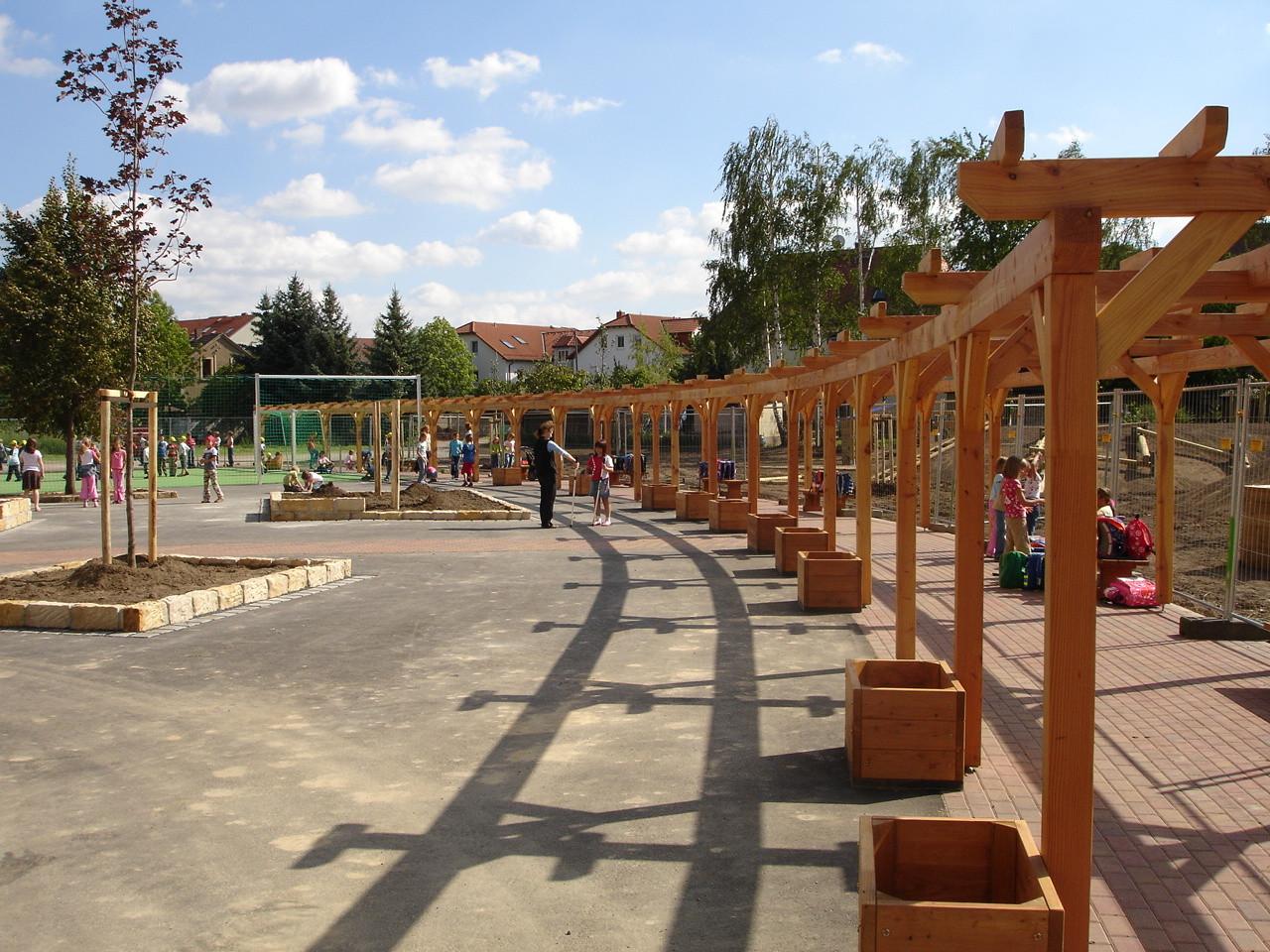 Neugestaltetes Außengelände einer Schule (Radebeul)