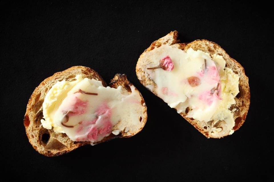 桜の白餡サンド