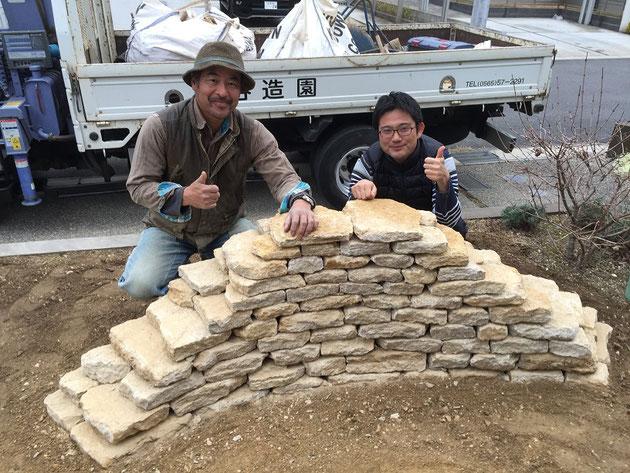 以前お客様のおうちのお庭にドライストーンウオーリングを施工していただいた時の神谷さんと柴垣