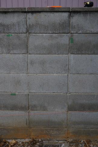 壁の方にも穴をあける位置を書いておきます。