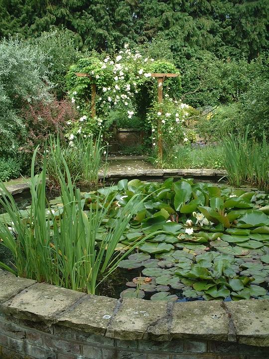 イギリスのお庭 池が象徴的なフォーカルポイント