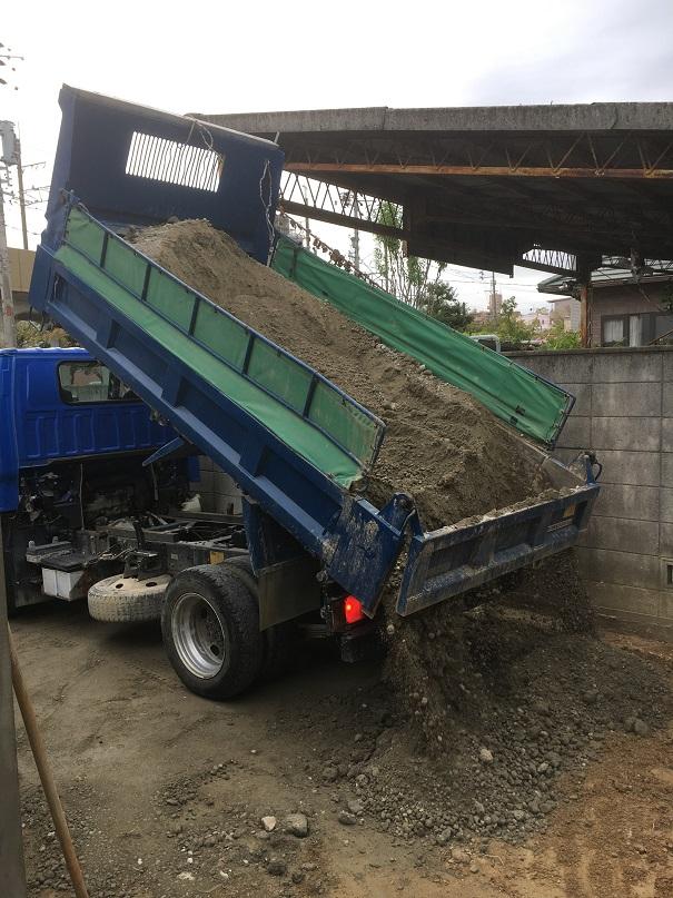 ダンプカーで土砂を運搬!