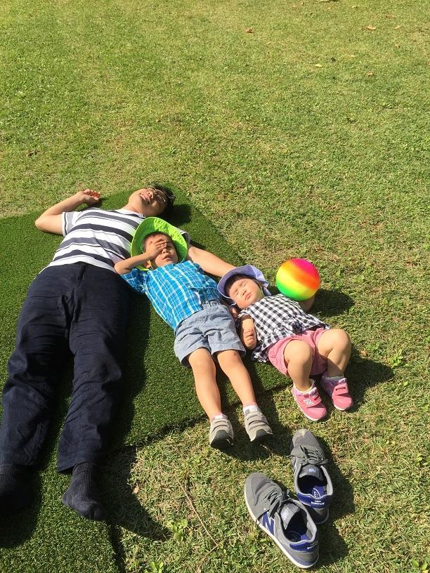 芝生の上に敷いた人工芝に寝転ぶ柴ちゃんファミリー。