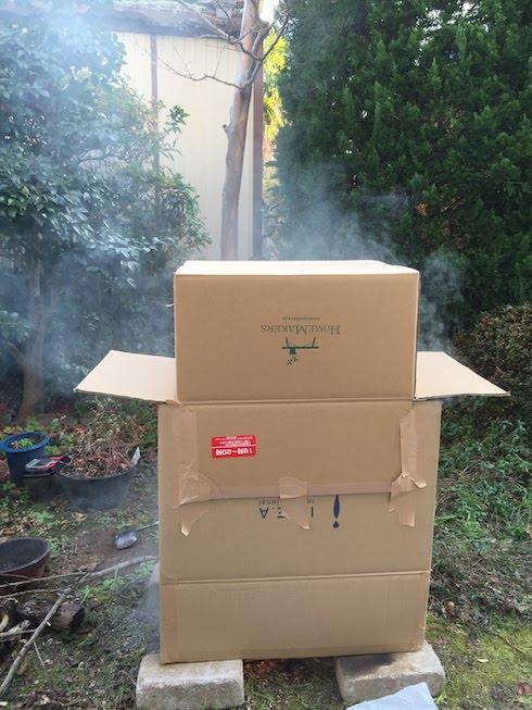 自家製段ボール薫製機から煙でてる!