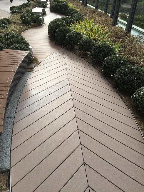 葉っぱのようにデザインされた床面!素材は人工木だ。