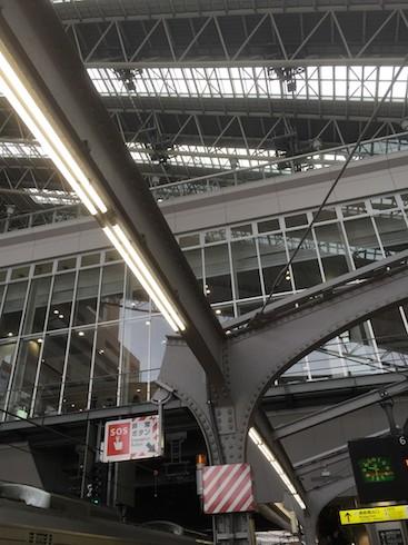 大阪駅のホームで見られる昔使われていた鉄骨が切られてもまだ使われている様子。