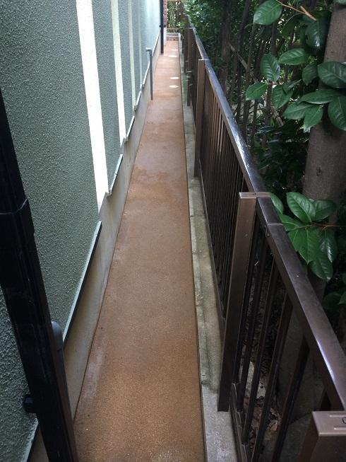 真砂土舗装材にて、建物周りを固めました!!