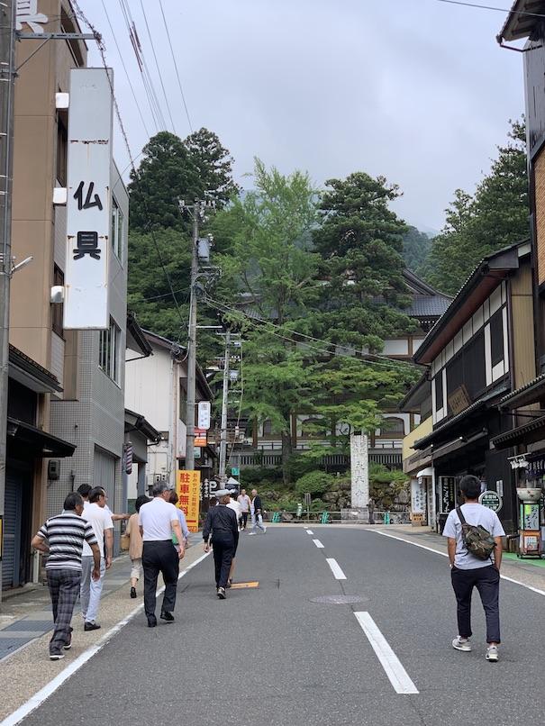 参道を歩いて永平寺へ。ここは普通のお土産物屋さんがいっぱいだが寺へ入ると表情が一変する。