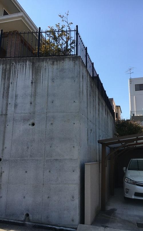 お隣様にご迷惑を掛けないように注意しながら、擁壁の上の木を剪定します。
