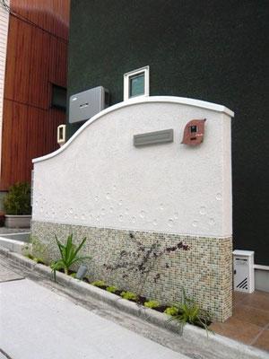 こうしたRの壁にはアルミ笠木は取り付けられない。