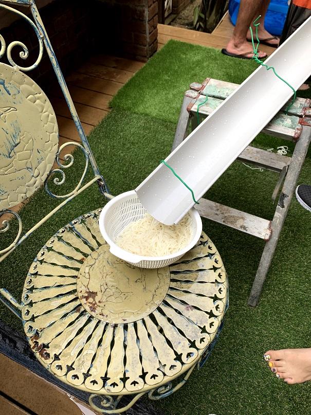 最後にはザルでそうめんをキャッチ!お庭家具はこんな時にも活躍します。