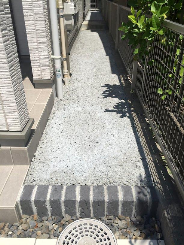 家の外周を透水性コンクリートで固める。