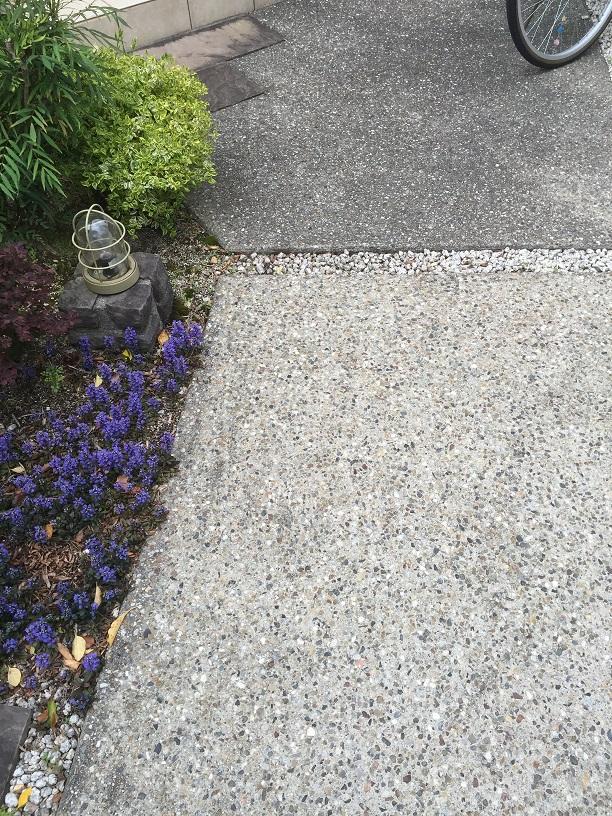 コンクリート洗い出しの床!目地を境に色が違ってる!!!