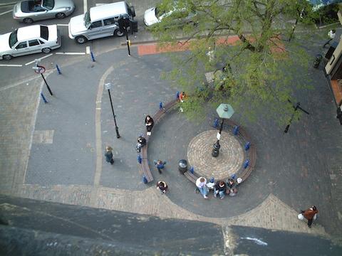 塔から見下ろした真下の広場。床のデザインに合わせてベンチなどもデザインされている。