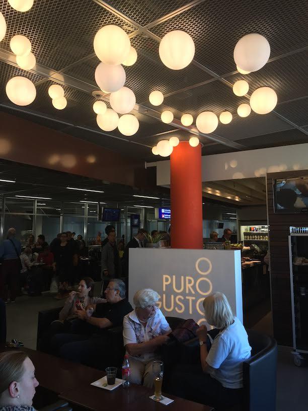 空港の出国待ちで行ったカフェでビールを頂きます。照明の使い方が印象的。