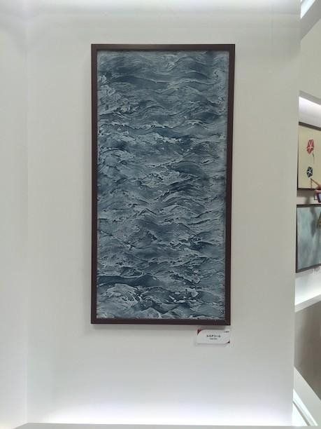 アートの様な塗り仕上げを展示している四国化成さん