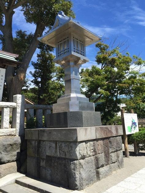 鶴岡八幡宮でみたステンレスの灯籠の様にくっついていれば安全だ。