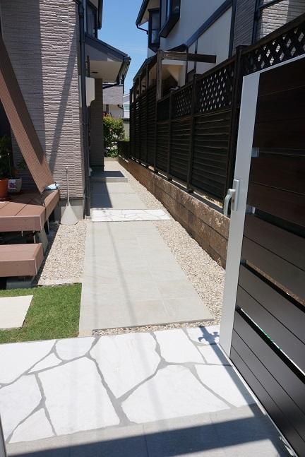 既存の洗い出しコンクリートのアプローチを下地にして上からタイルを貼った。途中で乱貼りを入れてアクセントに。